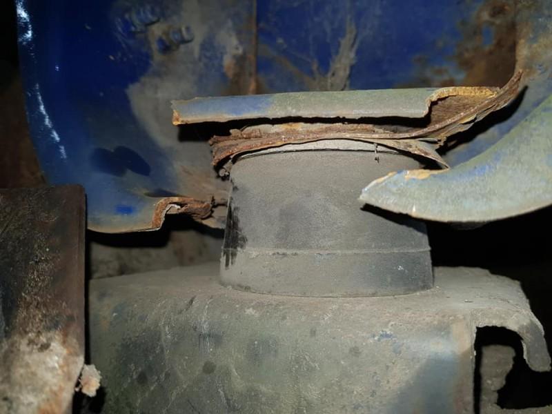 Broken engine mount (before)